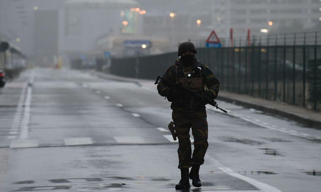 Brüssel am Tag danach: Ein Soldat patrouilliert vor dem geschlossenen Flughafen