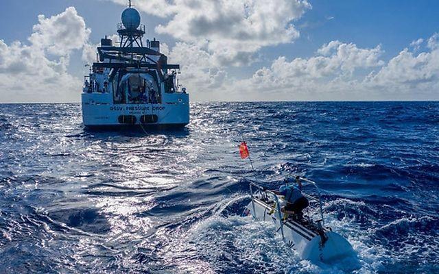 Das U-Boot DSV Limiting Factor im Vordergrund, dahinter das Forschungsschiff DSSV Pressure Drop.