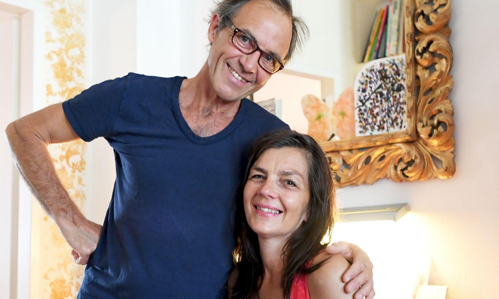 Helmut und Elisabeth Drucker in ihrem Wohnzimmer.