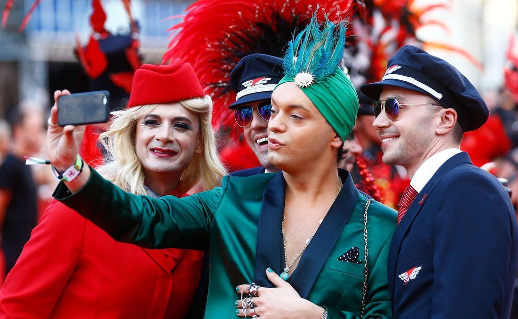 Farben, Federn, Glamour Die Revue am Teppich « DiePressecom