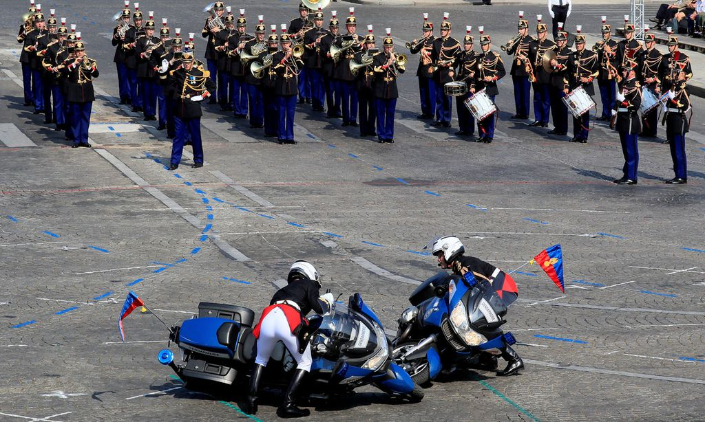 French gendarmes right their motorcycles during the traditional Bastille Day military parade on the Champs-Elysees Avenue in Paris / Bild: (c) REUTERS (GONZALO FUENTES)