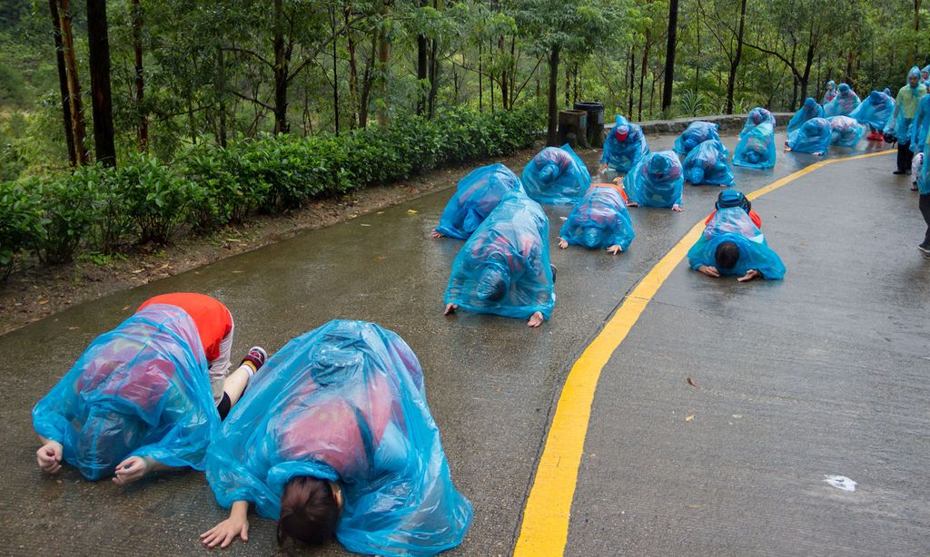 People kneel down as they pray at Guanyin mountain on a rainy day in Dongguan / Bild: (c) REUTERS (CHINA STRINGER NETWORK)