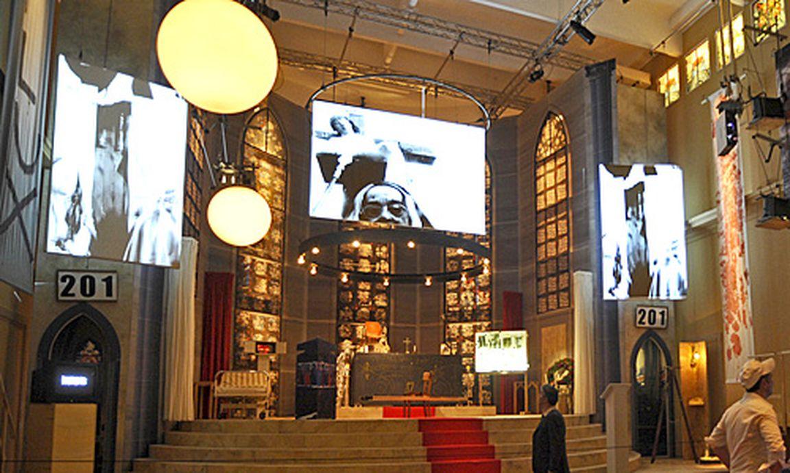 venedig goldener l we f r schlingensief pavillon. Black Bedroom Furniture Sets. Home Design Ideas