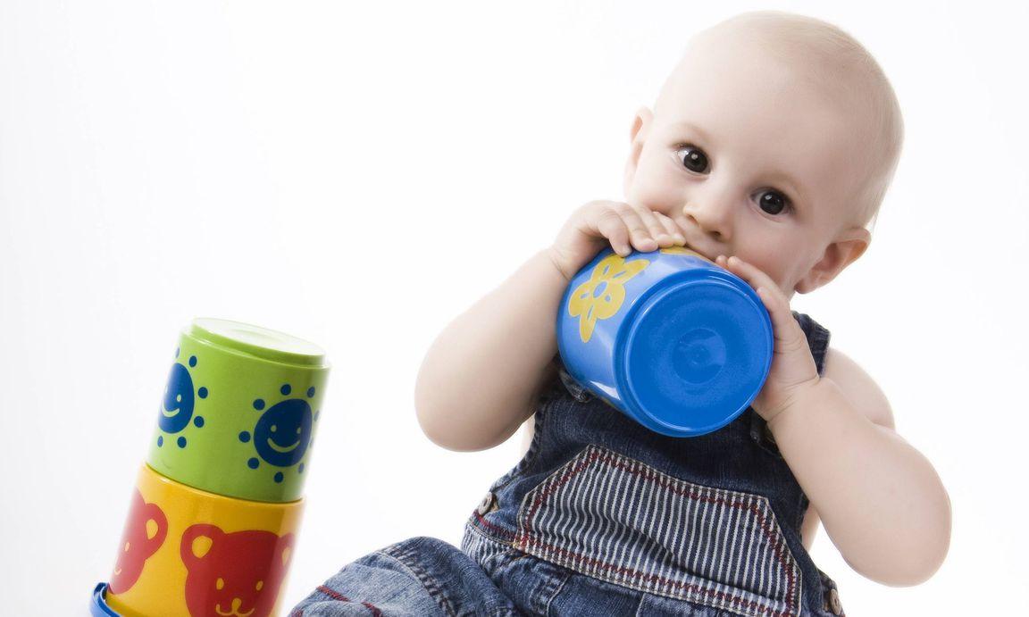 Babyspielzeug sechs von produkten fallen bei
