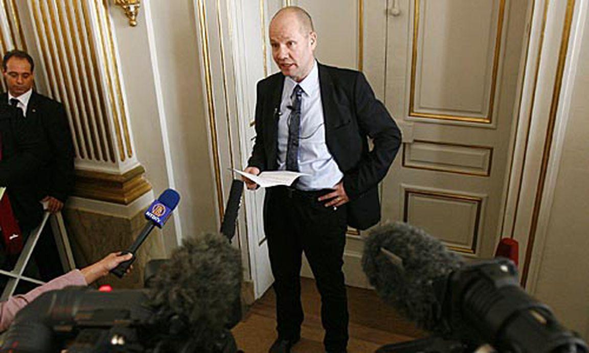 Deutscher Sekretär wird von ihrem Chef festgenagelt