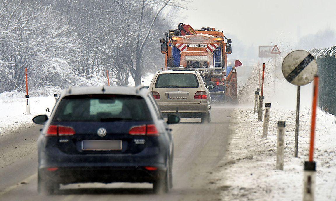Taxler in OÖ beim Verrichten der Notdurft von Auto erfasst ...