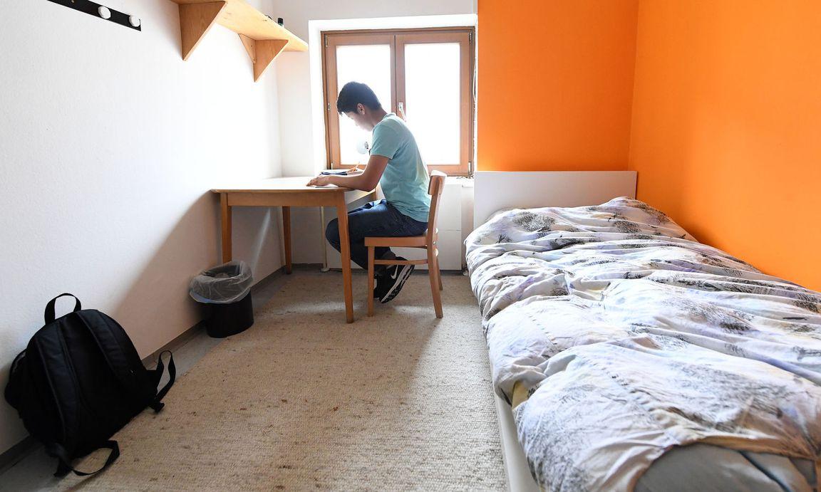 Faszinierend Jugendliche Zimmer Galerie Von Symbolbild: Ein Jugendlicher Flüchtling In Seinem Der