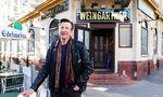 """Hubsi Kramar vor """"seinem"""" Café Weingartner in der Goldschalgstraße."""