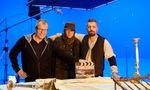 Stefan Ruzowitzky mit Matthias Schweighöfer und Murathan Muslu am Set (v.l.).
