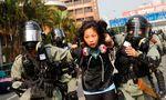 Gewalt in Hongkong. In den Straßen rund um den Campus der Polytechnischen Universität gehen Einsatzkräfte in schwerer Montur gegen Studenten vor.