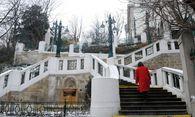Inkognito zu Fuß unterwegs: die Stadtspionin auf der Strudlhofstiege. / Bild: Die Presse