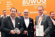 BUWOG-CEO Daniel Riedl (links) und BUWOG-COO Herwig Teufelsdorfer (rechts) gemeinsam mit Harald Steiner, Herausgeber des Real Estate Brand Books / Bild: BUWOG