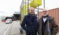 Michael Hieslmair (links) und Michael Zinganel vor der mobilen Wegenetzskulptur auf dem Nordwestbahnhof im 20. Bezirk. / Bild: (c) DIMO DIMOV