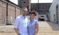 """Das Werksalon-Team Antoinette Rhomberg und Martin Papouschek auf """"ihrem"""" Betriebsgelände.  / Bild: (c) Schoiswohl"""