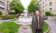 Geliebtes Zuhause: Johannes Lewinski im Herwegh-Hof in Wien-Margarethen. / Bild: (c) Dimo Dimov
