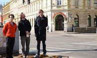 Gernot Sklenovsky, Michael Tatschl und Martin Schnabl (v. l.) auf dem Johann-Nepomuk-Berger-Platz. / Bild: Maria Schoiswohl