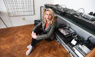 Therese Kaiser mit Musik-Equipment und Gemälde von Marina Sula in ihrem Wohnzimmer. / Bild: (c) DIMO DIMOV