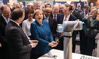 """""""Alarmierte"""" Kanzlerin Angela Merkel mit Roboter in Hannover: Kann Europa in Sachen künstlicher Intelligenz noch mithalten?"""