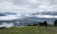 Kurz vor der letzten Etappe auf dem Rückweg nach Innsbruck belohnt der Blick vom Patscherkofel auf das Innsbrucker Becken. Hier beginnt der malerische Zirbenweg.