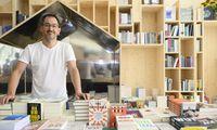Markus Renk mit ausgewählten Büchern beim Forum Alpbach. Das Regal wurde von Studio Calas gestaltet.