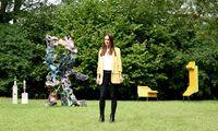 Galeristin Lisa Kandlhofer in ihrem Garten – mit Skulpturen von Nana Mandl, Karl Karner und Jay Gard (von links).
