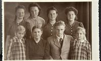 Die heldenhafte Mutter Maria Bruggnaller (hier mit ihren sieben Kindern) schlug sich nach dem Tod des Vaters in Innsbruck durch (1942).