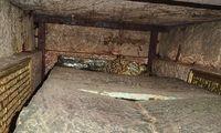 Blick in das Innere auf die über die Deckplatten hinausragende Grabkrone und die Schrifttafeln
