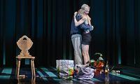 """Braucht der Mann eine Tochter oder eine Geliebte? Rosmer (Herbert Föttinger) und Rebekka (Katharina Klar) in einer krassen Variation von Ibsens """"Rosmersholm"""" in der Josefstadt."""