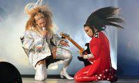 Gitarre als Symbol der Männlichkeit? Auch diese Assoziation ist in den Zehnerjahren verblasst. Geblieben sind (meist unfreiwillige) Saitenwürger- Parodien. Im Bild: Beyoncé, ganz in Weiß, mit ihrer Gitarristin.