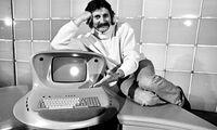 Designer Luigi (Lutz) Colani für aerodynamischen Formen bekannt - hier auf der Hannover Messe am 20.04.1978 mit einem von ihm entworfenen Computer