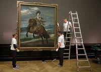 """Mitarbeiter des KHM montieren das Gemälde """"Prinz Baltasar Carlos auf dem Pferd"""" von Diego Velasquez."""