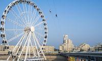 Ein ganzer Pier-Komplex: Seebrücke, Riesenrad, Bungeeturm. Im Hintergrund das berühmte Kurhaus.