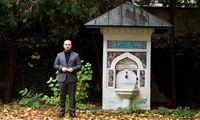 IGGÖ-Präsident Ümit Vural vor einem Brunnen, der zum 70. Geburtstag des Gründers und ersten Präsidenten, Ahmad Abdelrahimsai, errichtet wurde.