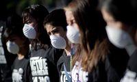 Kinder in Mexico City protestieren gegen die Stickluft und suchen Schutz hinter Atemmasken. Aber die bieten keinen.