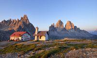 Vor 150 Jahren standen die ersten auf der Großen Zinne. Bewundernd sitzt man vor der Dreizinnenhütte.