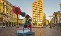 Ein stilisierter Kran zählt hier die Stunden bis zur Eröffnung der Kulturhauptstadt am 1. Februar.