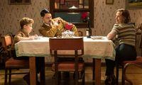 Regisseur Taika Waititi als Jojos (li.) imaginärer Kumpel Hitler – am Tisch mit Jojos Mutter Rosie (Scarlett Johansson)