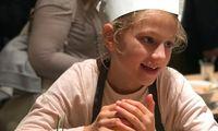 Unsere Kinderreporterin Nora schmeckt gerade den Bulgursalat mit Zitronensaft ab.