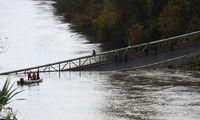 Die Hängebrücke stürzte samt mehrere Autos in den Fluss.