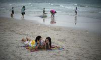 Schöne Sandstrände locken die Thais zum geselligen Beisammensein mit Speis und Trank, nicht zum Baden im Meer oder gar, igitt, Sonnenbaden.