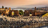 Pflichtbesuche auf Sizilien: im Teatro Greco in Taormina und am Ätna.