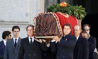 Angehörige von Francisco Franco tragen den Sarg des Diktators aus dem Mausoleum.