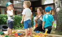 Lisa Kronberger kommuniziert beim Sandspielen im Kindergarten mit Gebärden.