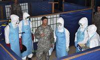 Ein US-Soldat trainiert Personal in einem Ebola-Behandlungszentrum in Monrovia.