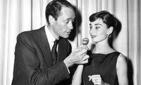 Damit kein Besteck benötigt wird, werden sie an Zahnstocher gesteckt... auch bei Audrey Hepburn und Mel Ferrer.