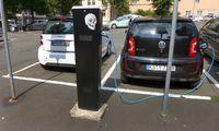 Elektroladesaeule - beim Ladevorgang; E-Mobilitaet, Deutschland Elektroauto an E-Ladestation, electromobility, Germany