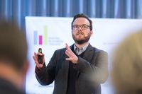 Jan-Peter Kleinhans vom Think Tank ´Stiftung Neue Verantwortung´ erklärt bei einer Veranstaltung der Digital Business Trends, dass zukünftig immer mehr Dinge in unserem Umfeld zu Computern und damit auch angreifbarer werden