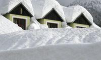 Schnee auf Dächern am Montag in Lackenhof am Ötscher in Niederösterreich.