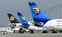 Maschinen der Firmen Thomas Cook und Lufthansa auf dem Flughafen Muenchen