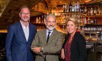 Norbert und Claudia Koller mit Architekt Stephan Ferenczy (Mitte) in ihrer Tagesbar in Salzburg.